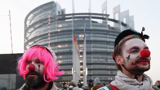 Už víte, které klauny budete volit? (V pozadí štrasburské sídlo Evropského parlamentu)