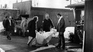 Vyšetřovatelé odnášejí tělo jedné z Gacyho obětí, nalezené v prosinci 1978 v Chicagu