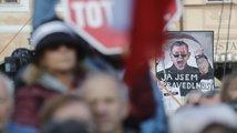 Demonstrace proti Babišovi a Benešové: Moc leží na zemi, kdo si pro ni sáhne?