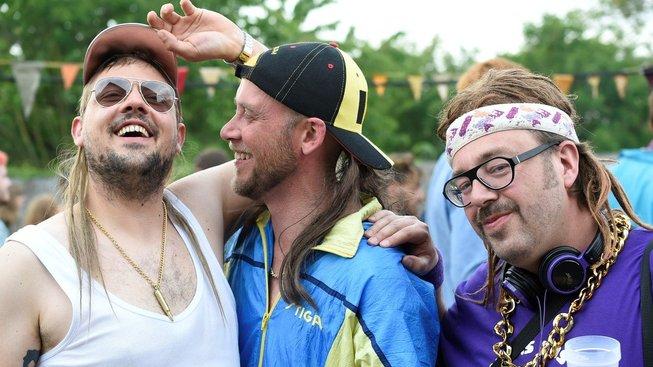 Účastníci festivalu pózují s epesními vokuhilami