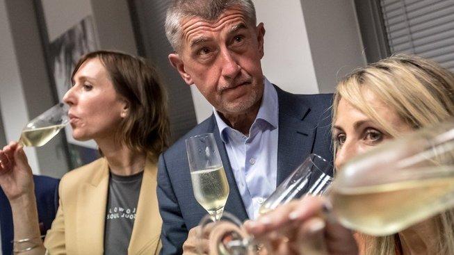 Šmakuje? Andrej Babiš si připíjí na vítězství ve volbách do Evropského parlamentu s kandidátkami ANO Ditou Charanzovou (vpravo) a Martinou Dlabajovou