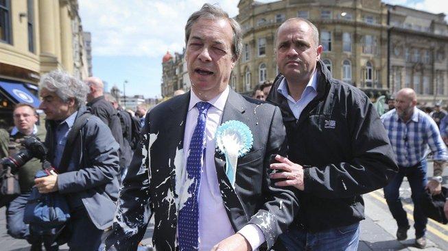 Šéf Strany pro brexit Nigel Farage zasažený mléčným koktejlem