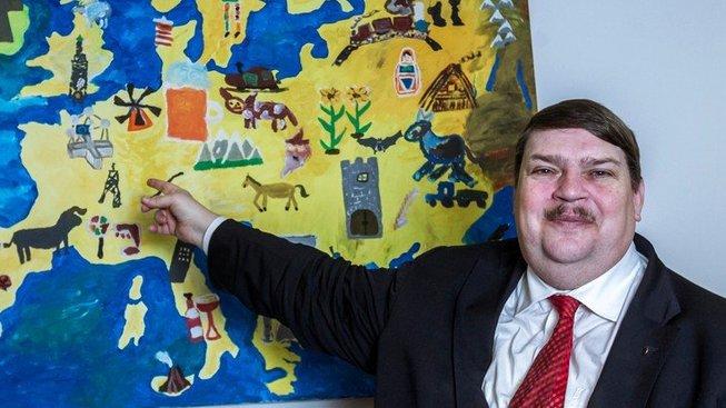 Bernd Posselt, úspěšný potomek sudetských Němců. Jako kdyby nám ukazoval, kde je kapitál