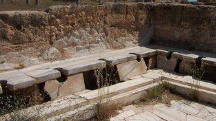 Starořímské latríny sice soukromím neoplývaly, nicméně pod sedátky většinou protékala voda, takže byly z hygienického hlediska na velmi vysoké úrovni