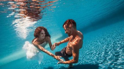 Mokrý trend: Skočit ve svatebním pod hladinu