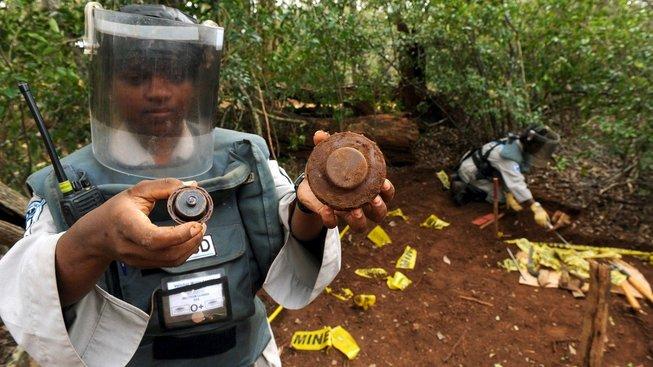 Hledání nevybuchlých min je nebezpečná práce, kterou většinou dělají ženy, jež potřebují uživit své rodiny