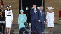 Trump dorazil do Velké Británie, setkal se s královnou