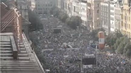 Desetitisíce demonstrantů žádaly demisi Babiše a Benešové