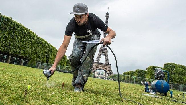 Na obraz pod Eiffelovkou padne 1300 litrů biorozložitelné barvy, kterou si Saype sám vyrobil