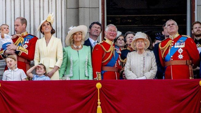 Královská rodina sleduje přelet stíhaček na počet Alžběty II.
