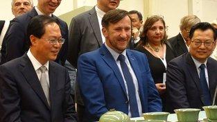 Pití čaje - zástupce čínské delegace Che Jun, náměstek Ivo Grüner a Qiu Dongyao
