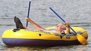 """Miloš Zeman na  člunu Challenger otevírá kanál Dunaj-Odra-Labe, pojmenovaný 'Zemanův průplav"""". (Patrně jste poznali, že to je scifi, ve skutečnosti foto zachycuje vrchního velitele na rybníku v Novém Veselí.)"""