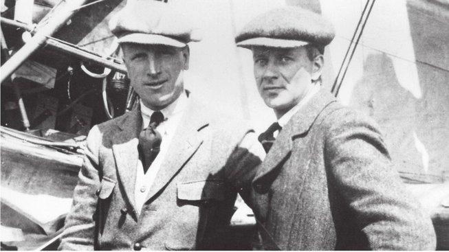 Oba letci před strojem, s nímž podnikli slavnou cestu