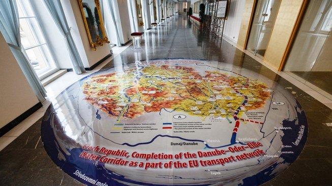 Banner na Pražském hradu představuje projekt kontroverzního kanálu