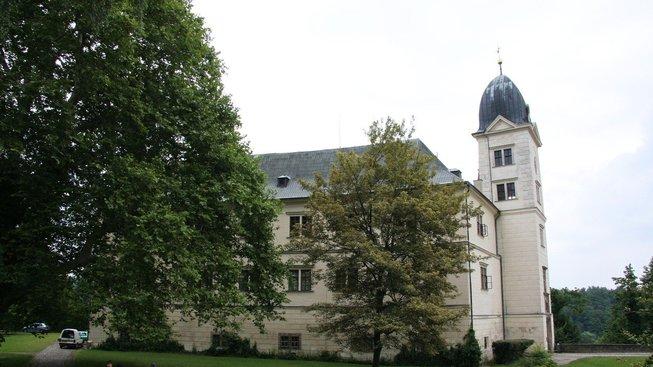 K majetku, jehož se rod Walderode dožaduje, patří i zámek Hrubý Rohozec