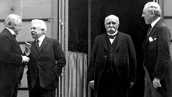 Velká čtyřka, která dohodla tečku za první světovou válkou – Versailleský mír. Zleva britský premiér Davild Lloyd George, šéf italské vlády Vittorio Orlando, francouzský ministerský předseda Georges Clemenceau a americký prezident Woodrow Wilson ve Versailles