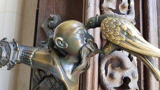 Součástí znaku Schwarzenbergů je i krkavec, který klove oko Turkovi