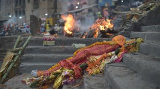 Smrt a následné zpopelnění na břehu řeky Gangy ve Váránasí znamenají spásu