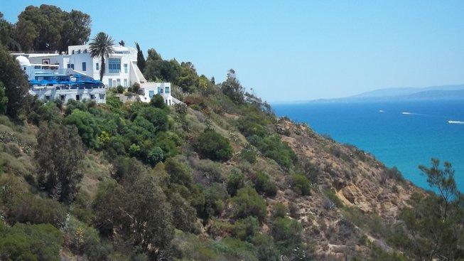Sidi Bou Said se rozkládá na skalnatém svahu