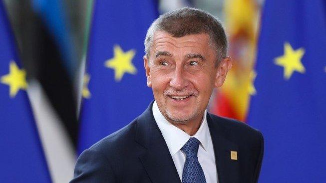 Náš bojovník v Bruselu. Že by se mu z hvězdiček zatočila hlava?
