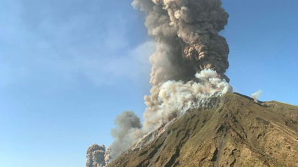 Vybuchla Stromboli. Lidé skákali do moře, vyvržená hornina zabila turistu