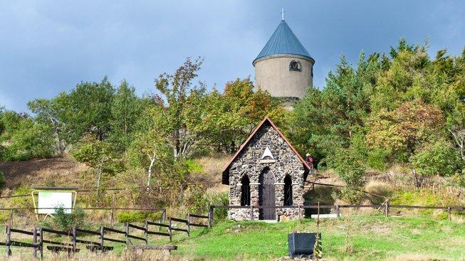 Vrch Mědník, pod jeho jižním svahem je bývalá hornická vesnice Měděnec