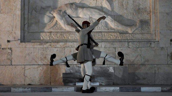 Tradiční střídání stráží před budovou řeckého parlamentu