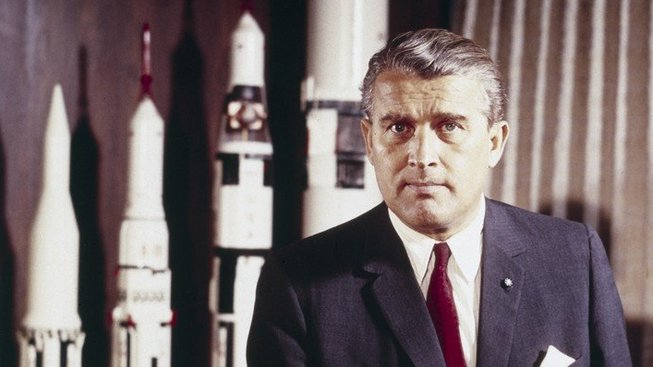 Wernher von Braun, nacistický vědec a naturalizovaný Američan, který vedl vývoj raket Saturn