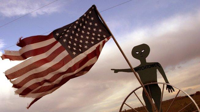 S Oblastí 51 je spojena řada konspiračních teorií a to především o mimozemšťanech.