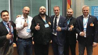 Česká delegace a hostitel berlínské konference AfD Petr Bystroň (s kravatou uprostřed)