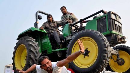 Tuze zvláštní klání: Soutěžící si lehají i pod kola traktoru