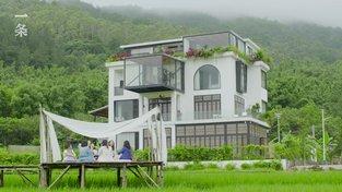 Sedm přítelkyň si koupilo a opravilo dům, ve kterém chtějí strávit společné stáří