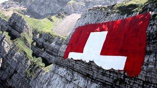 Rozvinování největší švýcarské vlajky na hoře Säntis