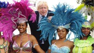Boris Johnson, britský premiér s tanečnicemi na karnevalu v londýnském Notting Hillu