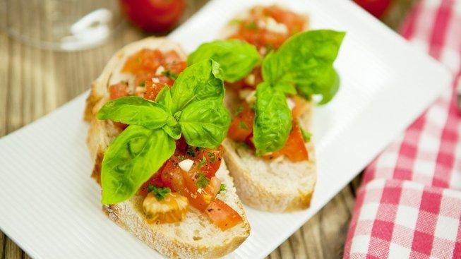 Italská bruschetta s rajčaty a bazalkou