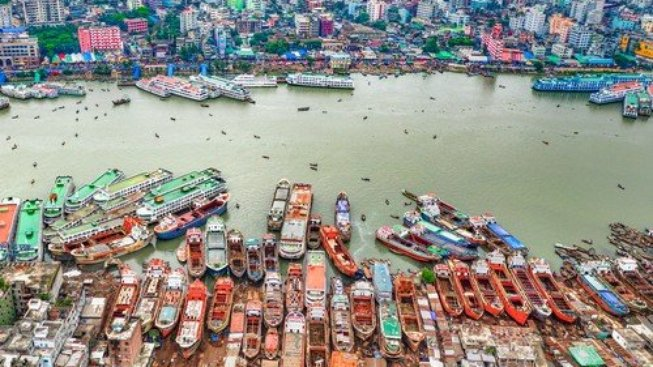 Přístav v Dháce hraje všemi barvami