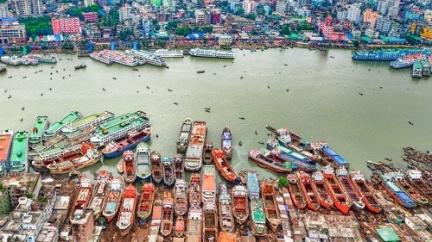 Přístav v Dháce: Pestrý poklad obklopený bídou