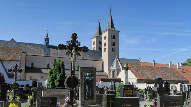 Milevsko, klášterní věže od hřbitova