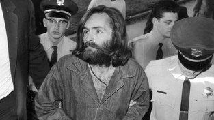 Charles Manson na cestě k výslechu