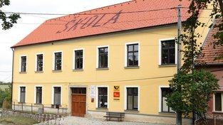Škola v Urbanově má novou střechu. Místní přiložili ruce k dílu
