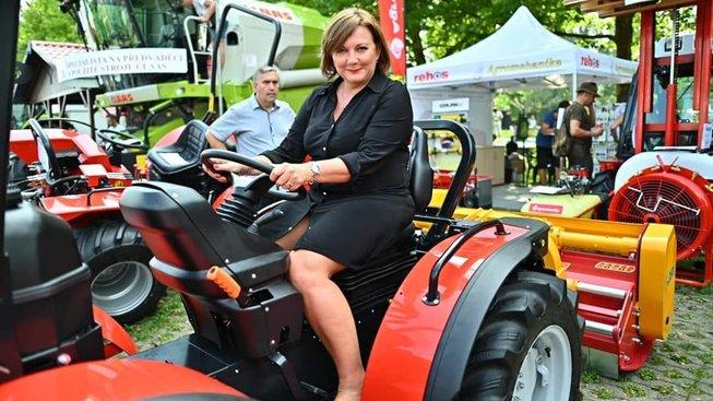 Traktor je jako státní finance. Jezdí se s ním doprava, pak doleva, občas i na plný plyn. Jen místo daní ho krmíte naftou