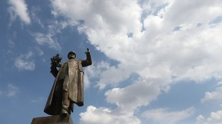 Socha maršála Koněva byla v pátek zakryta