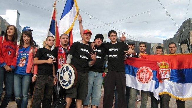 Srbové demonstrující v únoru 2008 proti vyhlášení samostatnosti Kosova