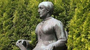 Pomník Karoliny Světlé ve Světlé pod Ještědem