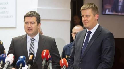 Hamáček kontra Petříček. Vysoká hra o (ne)přijetí Kosova do Interpolu