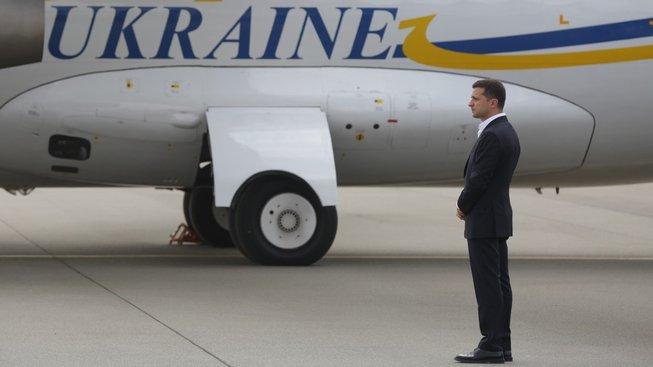 Ukrajinský prezident Volodymyr Zelenskyj přišel na letiště přivítat propuštěné zajatce