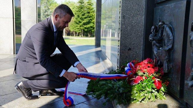 Slovenský premiér Peter Pellegrini u památníku rudoarmějců na Slavíně v Bratislavě