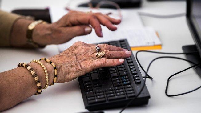 Čeští senioři stále častěji nakupují přes internet