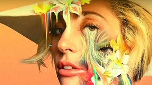 Lady Gaga na přebalu CD se soundtrackem k dokumentu Five Foot Two o léčbě fibromyalgie