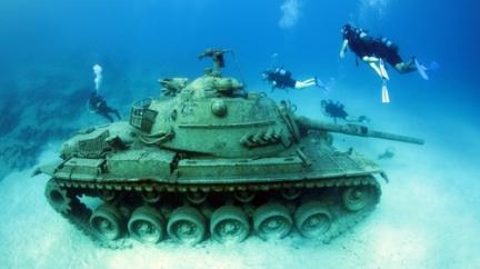 Potopený tank je výstřední atrakcí pro turisty